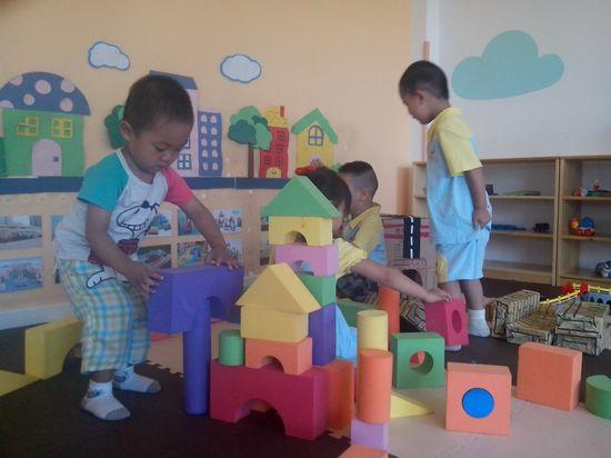 小朋友们开始拿积木,他们一起搭建了起来