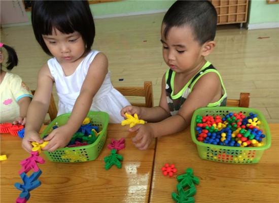 在幼儿园,有很多好玩的玩具