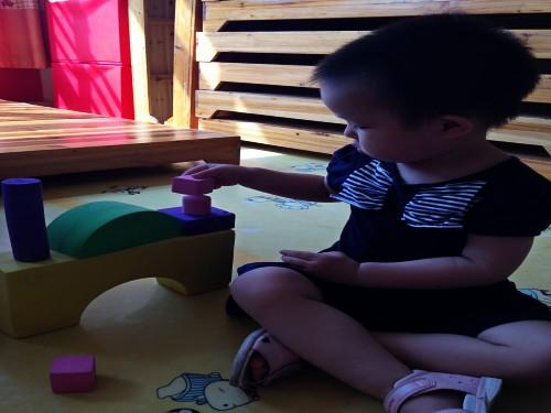 皮皮搭的事蘑菇形状的房子,小朋 哇,小豌豆好厉害,搭了一个超大