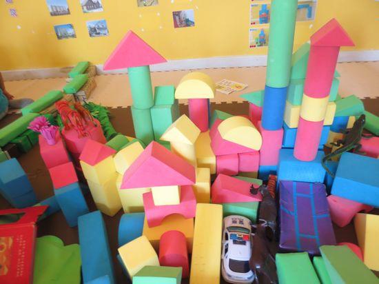 我们快来看看建构区,刘老师和小朋友们正在一块搭建