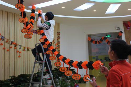 """洋节"""",放学后,老师们在楼道里,教室里挂上了各种万圣节的吊高清图片"""
