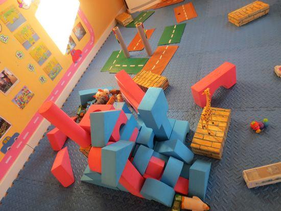 小朋友们进入建构区开始建造房子了