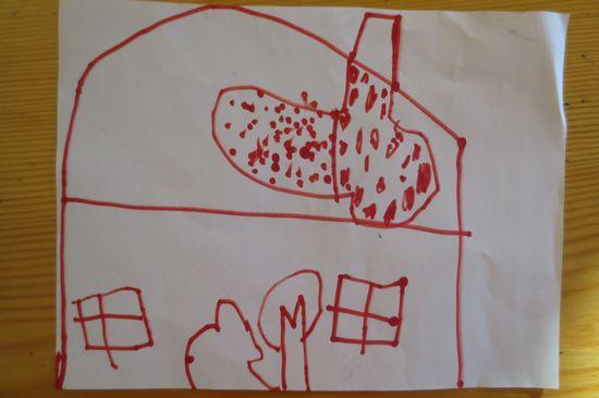 个小朋友都画了一幅漂亮的房子画,有大大的烟囱,也许圣诞老师会从图片