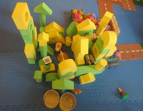 在今天我们区域小结时,我们来到了建筑区,今天在建筑区里玩的小朋友就开始给我们介绍,在小朋友们都进入建构区后,小朋友们就在一起讨论,讨论他们的分工,有人负责拿积木,有人负责搭建,分工很明确,真是不简单啊!很快动物们的小房子就出现了,下面就是他们搭建的小房子。还有马路哦!快来看啊!