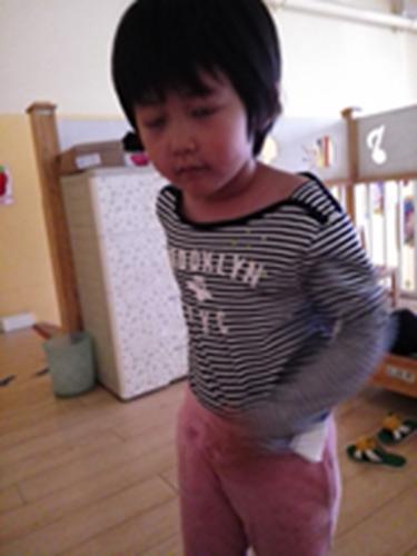 幼儿正确提裤子