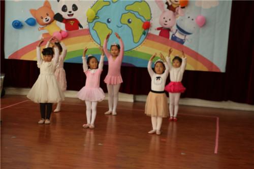 """开场舞:芭蕾舞班小朋友们表演的舞蹈""""春天的童话"""""""