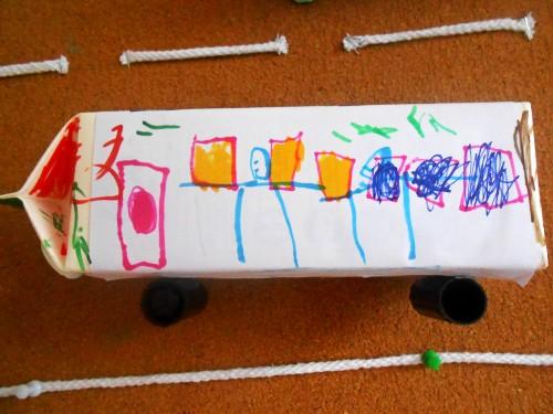 谭嵩睿小朋友制作的牛奶盒汽车